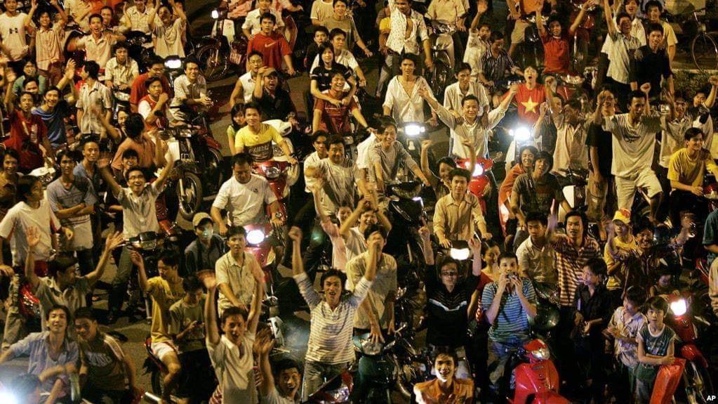 """Thanh niên Việt Nam xuống đường """"tự hào dân tộc"""" vì thắng giải bóng đá. Nguồn Facebook."""