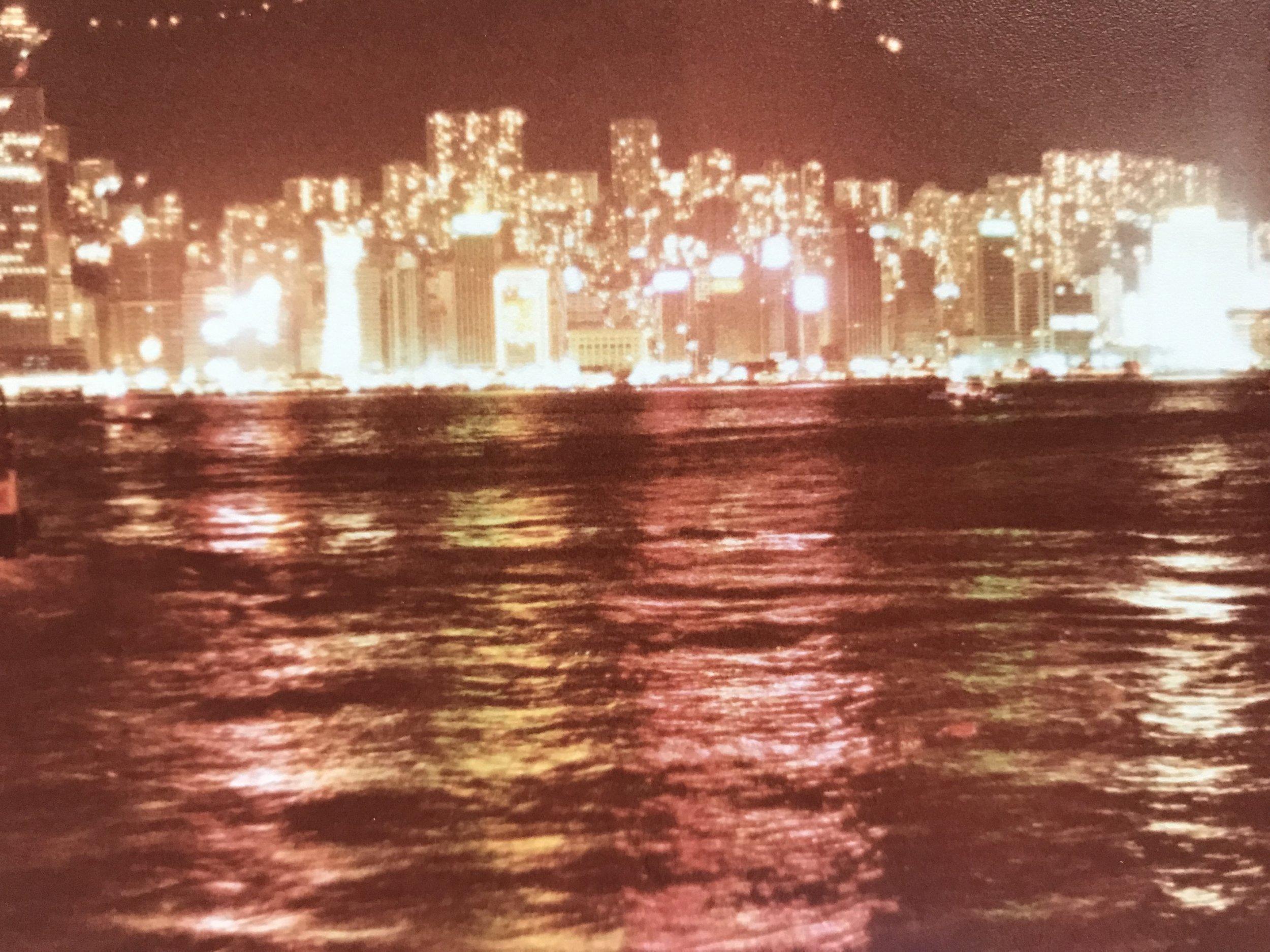 Quần đảo Hong Kong từ hướng nhìn từ thuyền của người tỵ nạn cộng sản Việt Nam (năm 1979.)