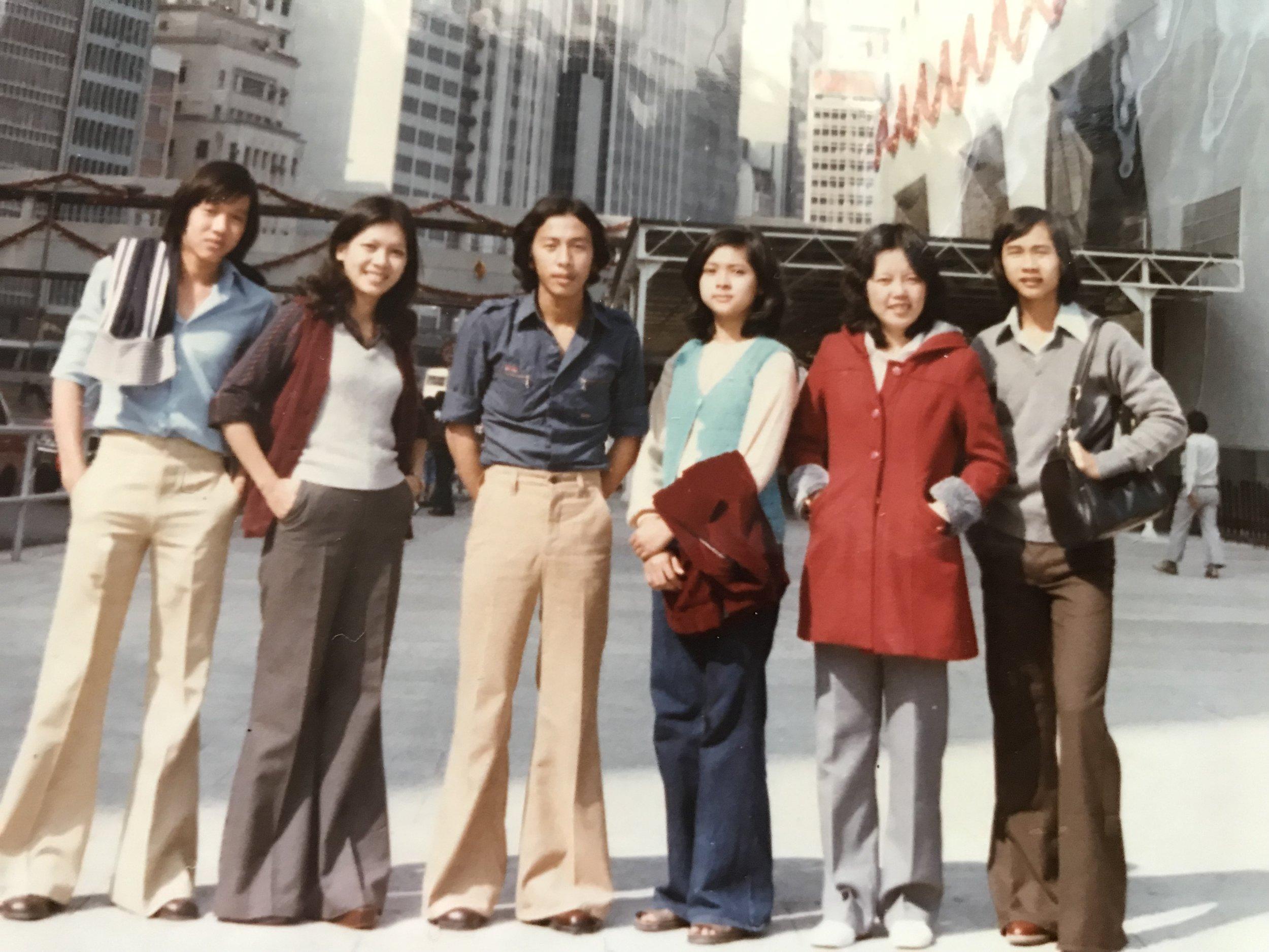 Ra phố của đảo Hong Kong (Hương Cảng) chơi, sau khi được chính quyền Hong Kong công nhận cho tư cách tỵ nạn chính trị (1979.)  Quang cảnh đường phố lúc đó trông vắng vẻ, không như ngày nay vì thành phố quá đông đúc người, khiến cho các bức hình chụp trên phố luôn không tránk khỏi phải dính kèm thêm những người qua lại trên đường phố.