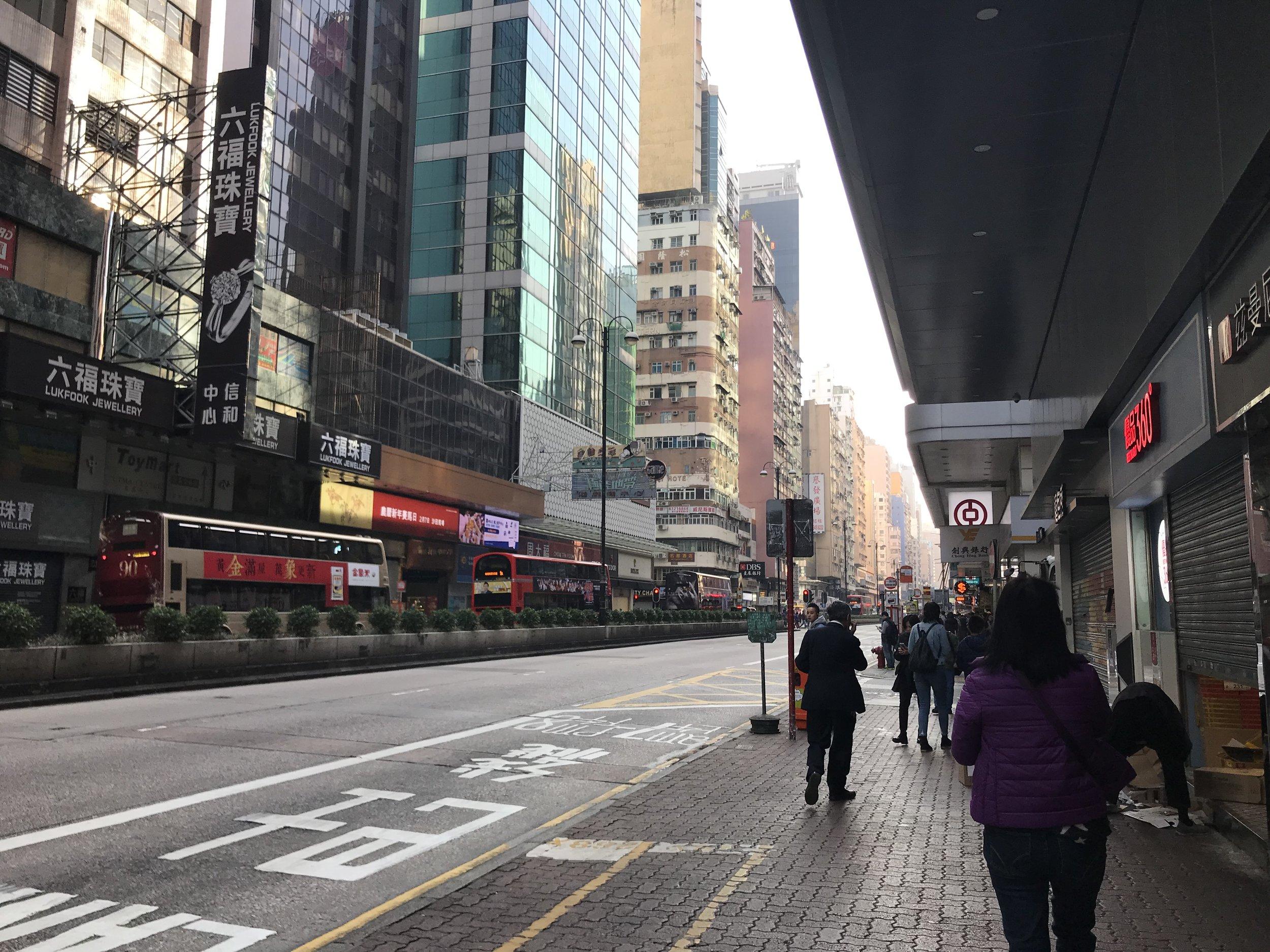Quang cảnh ban ngày. Một mặt tiền thương mại tại Kowloon.