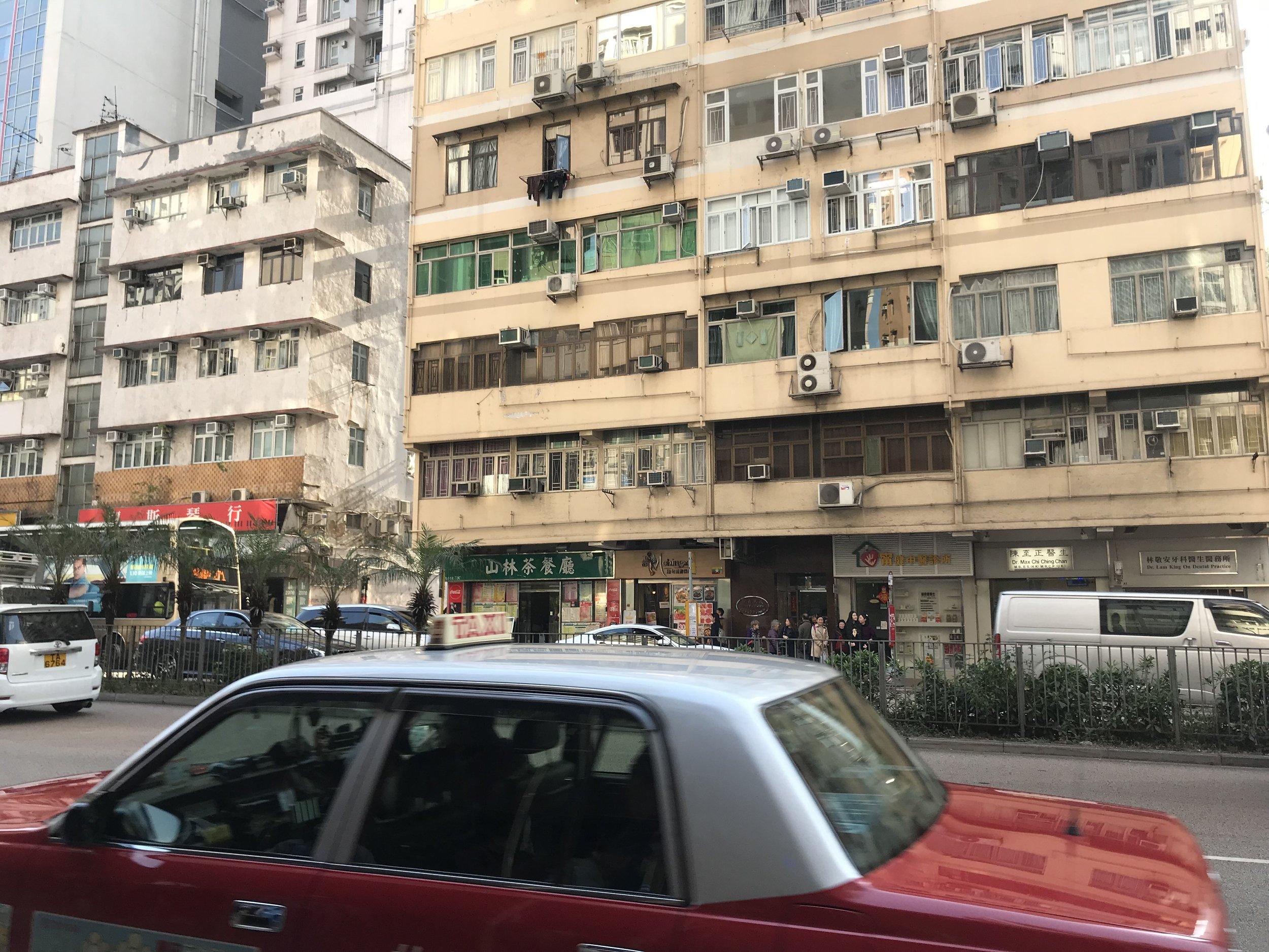 Tại Kowloon các kiến trúc mới cũ pha lẫn. Nhưng đa số các cao ốc đều cũ kỹ.