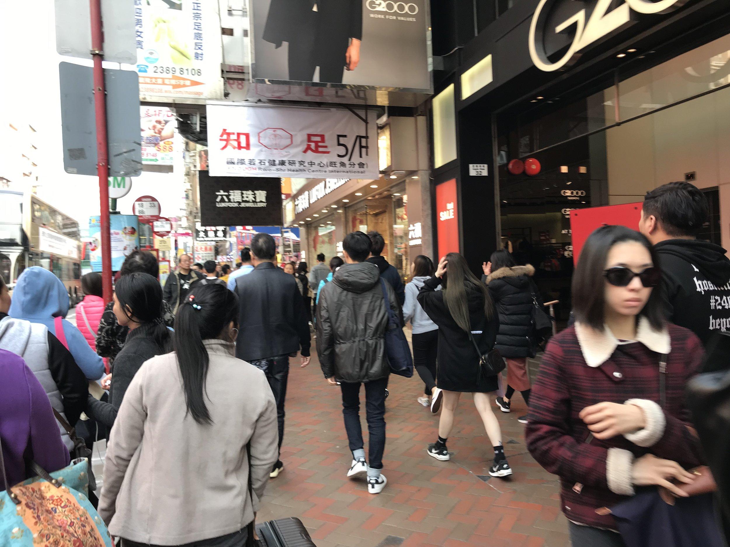 Một khu chợ buôn bán đồ điện tử và các loại thời trang tại Kowloon. Phố lúc nào cũng đông đúc dù là ngày thường.