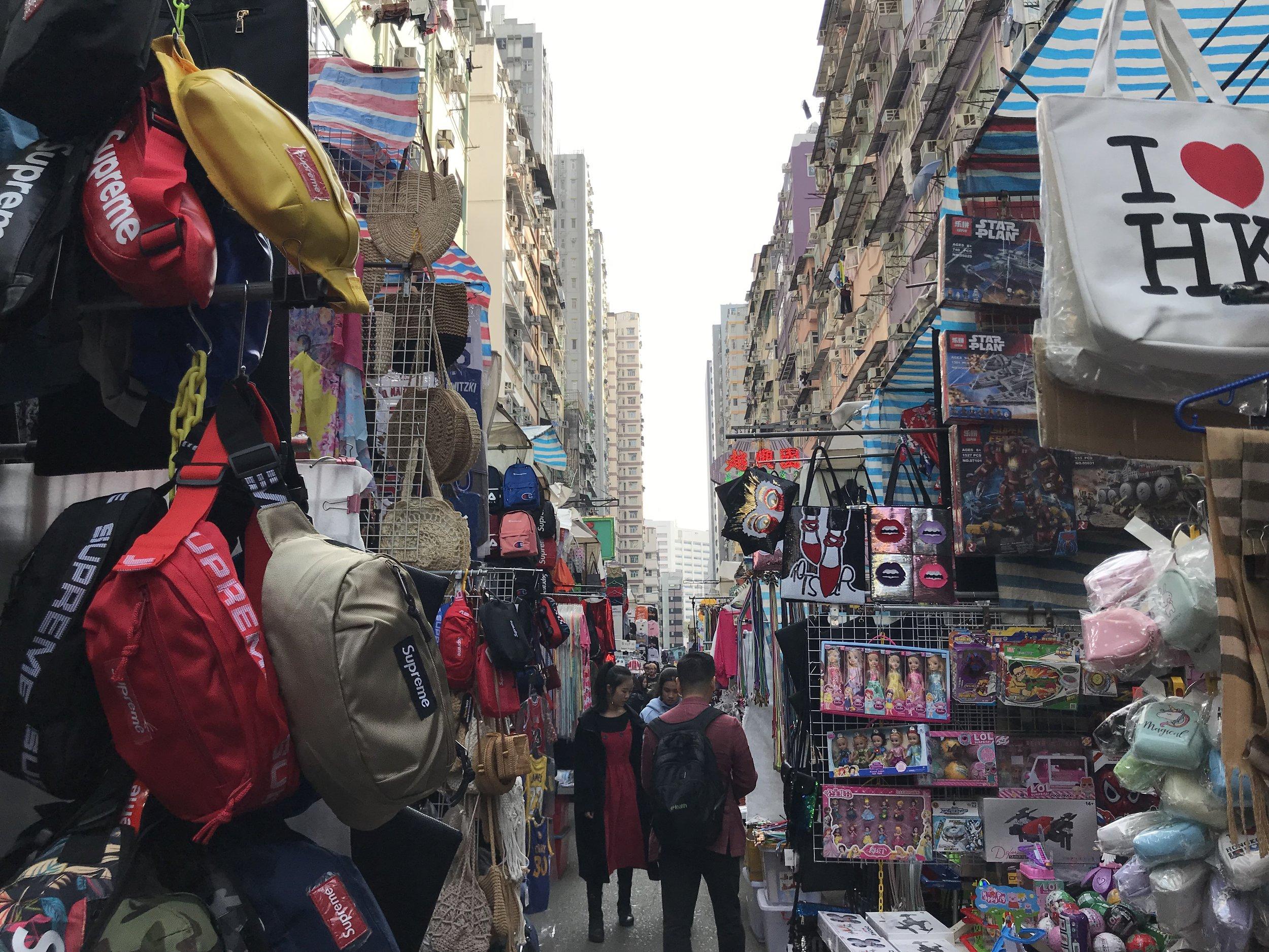 Khu bán đồ lộ thiên trên đường phố Kowloon.