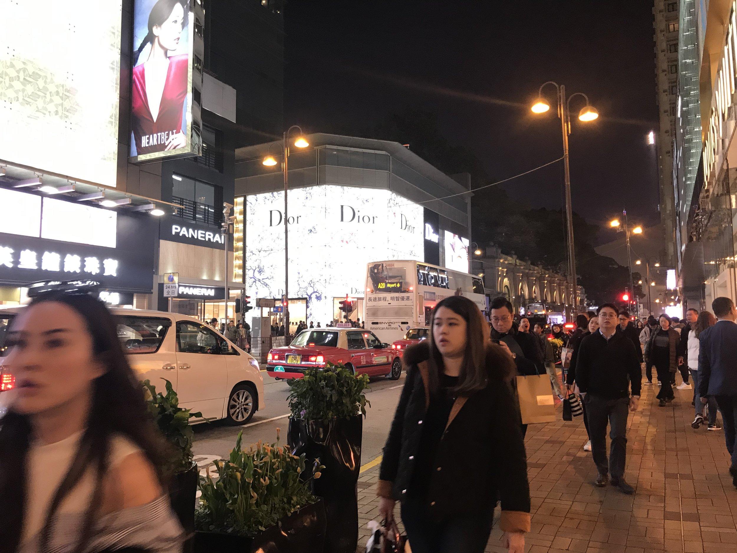 Buổi tối cô bé lọ lem Kowloon chuyển mình thành nàng công chúa lộng lẫy.