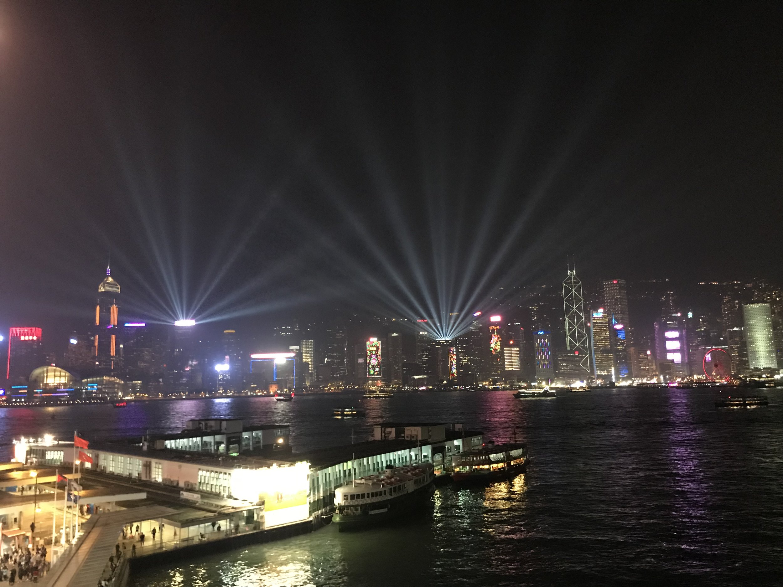 Từ tầng thượng của một nhà hàng tại Kowloon nhìn qua hướng đảo Hong Kong.