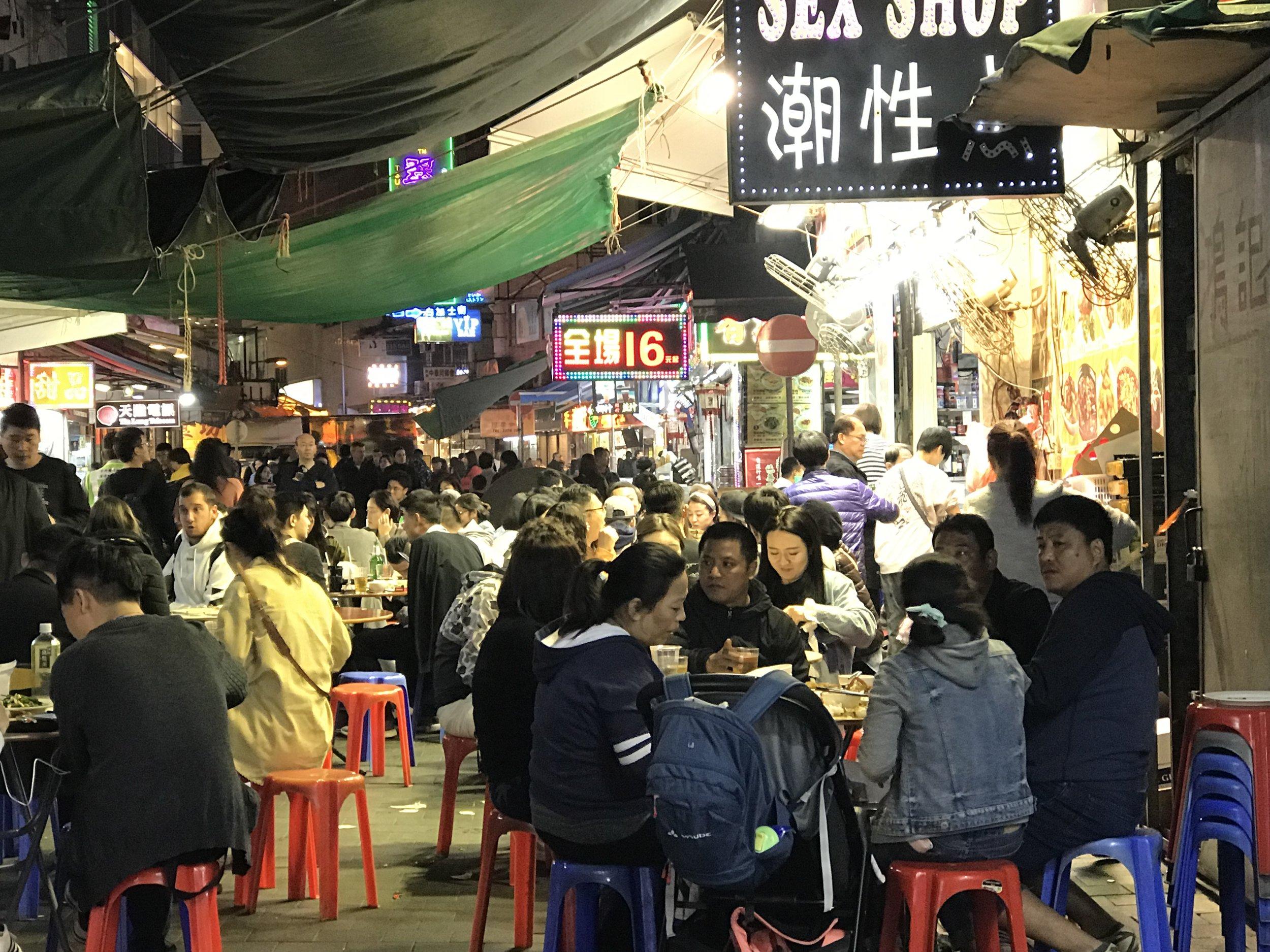Người dân tại Kowloon đổ ra đường ăn tối bất kể là ngày thường hay ngày lễ.