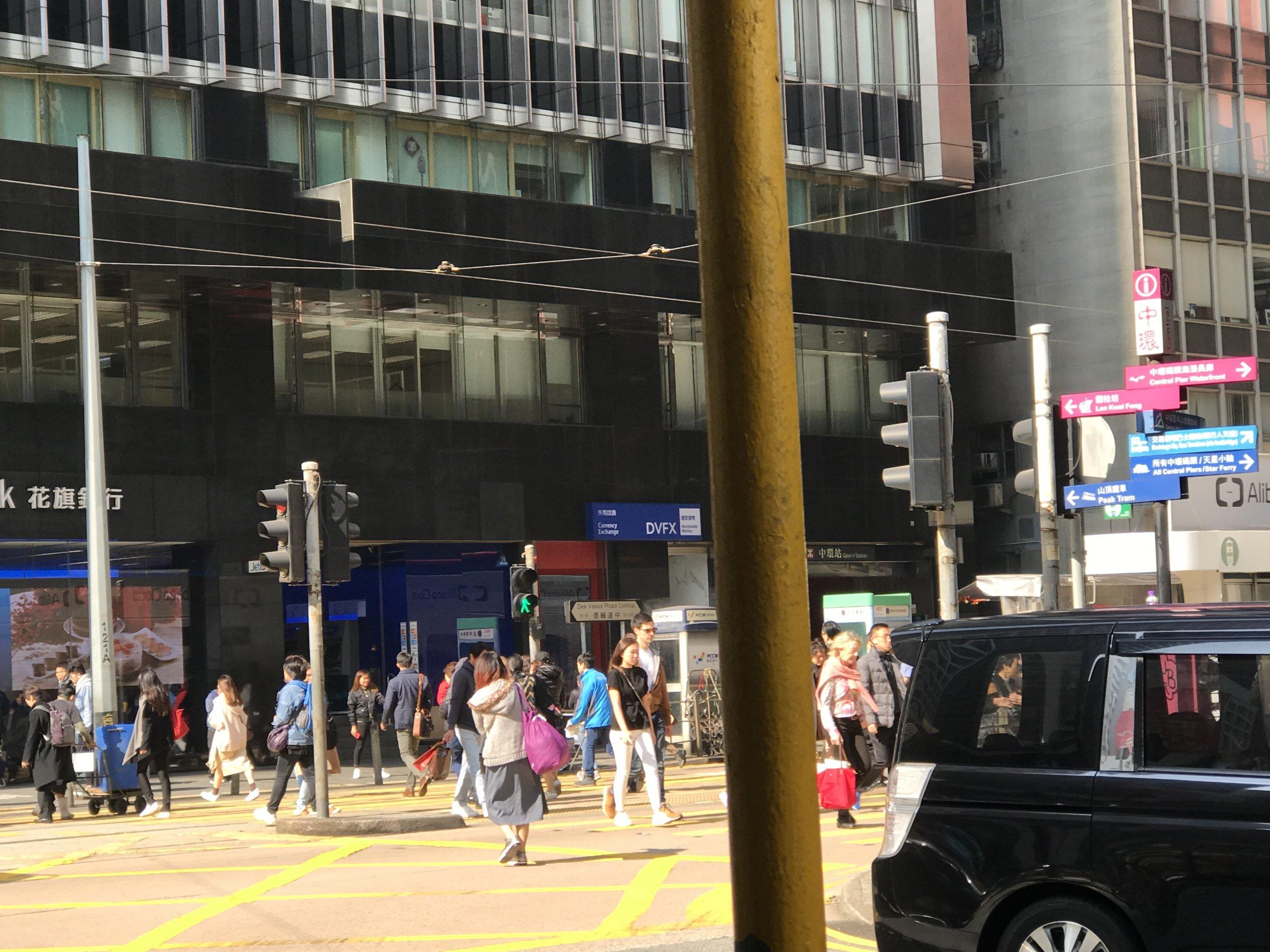 Người và xe qua lại tấp nập trên phố đảo Hong Kong.