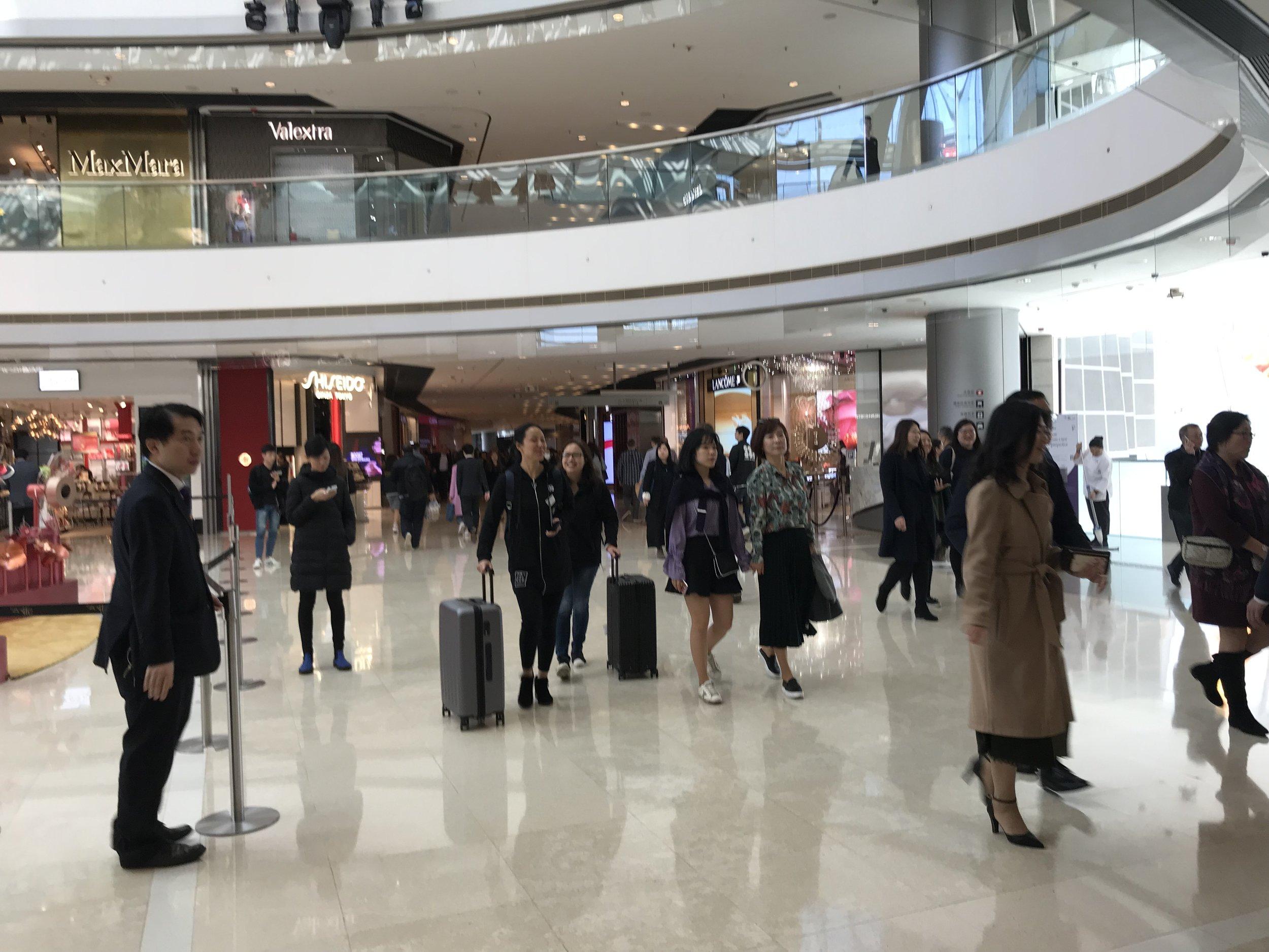 Người qua lại trong một trung tâm mua sắm sang trọng tại Hong Kong.
