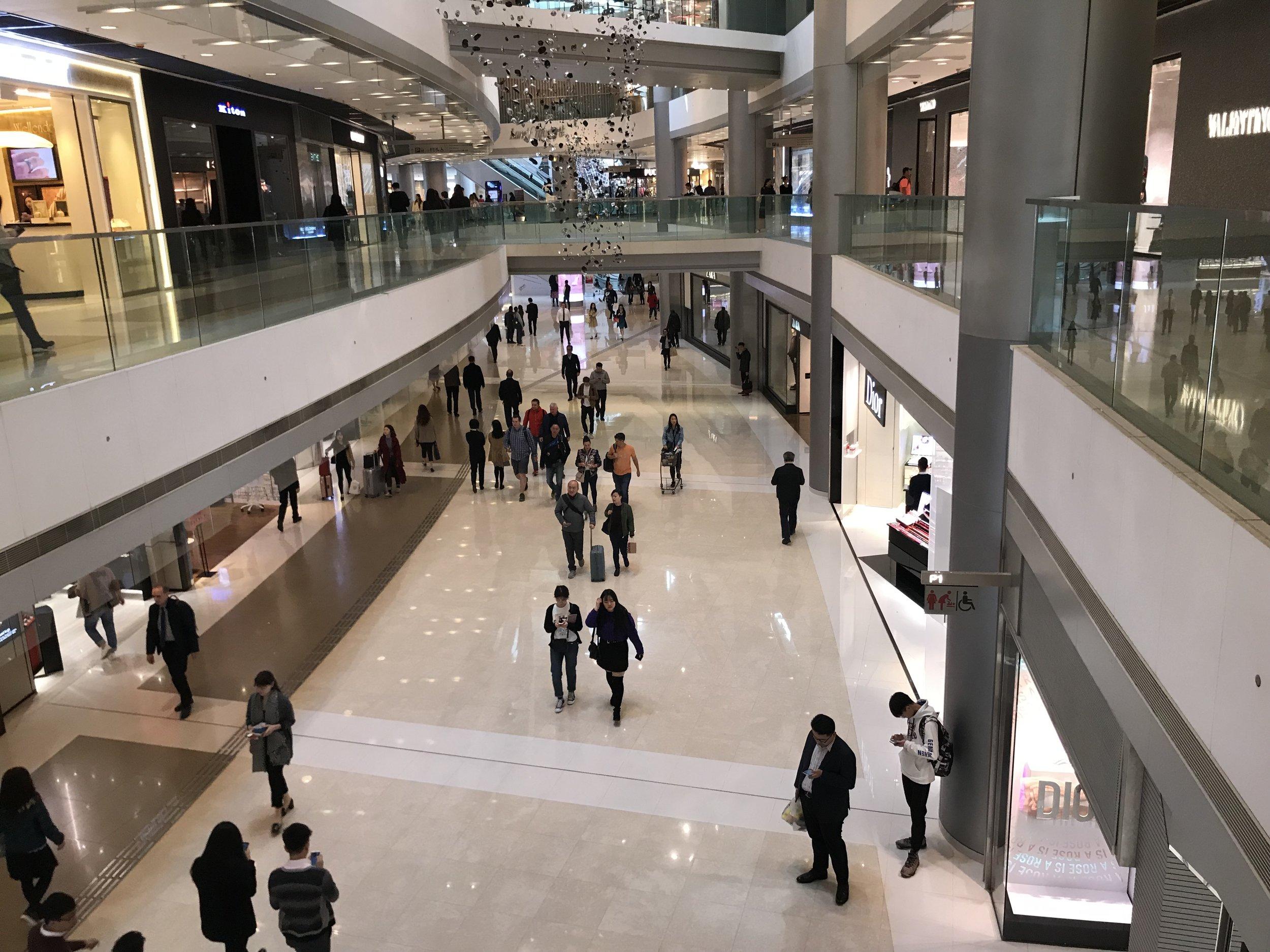 Đảo Hong Kong cho thấy sự sang trọng và lịch thiệp của nó qua những cách trưng bầy khuyến mãi trong các khu mua sắm.