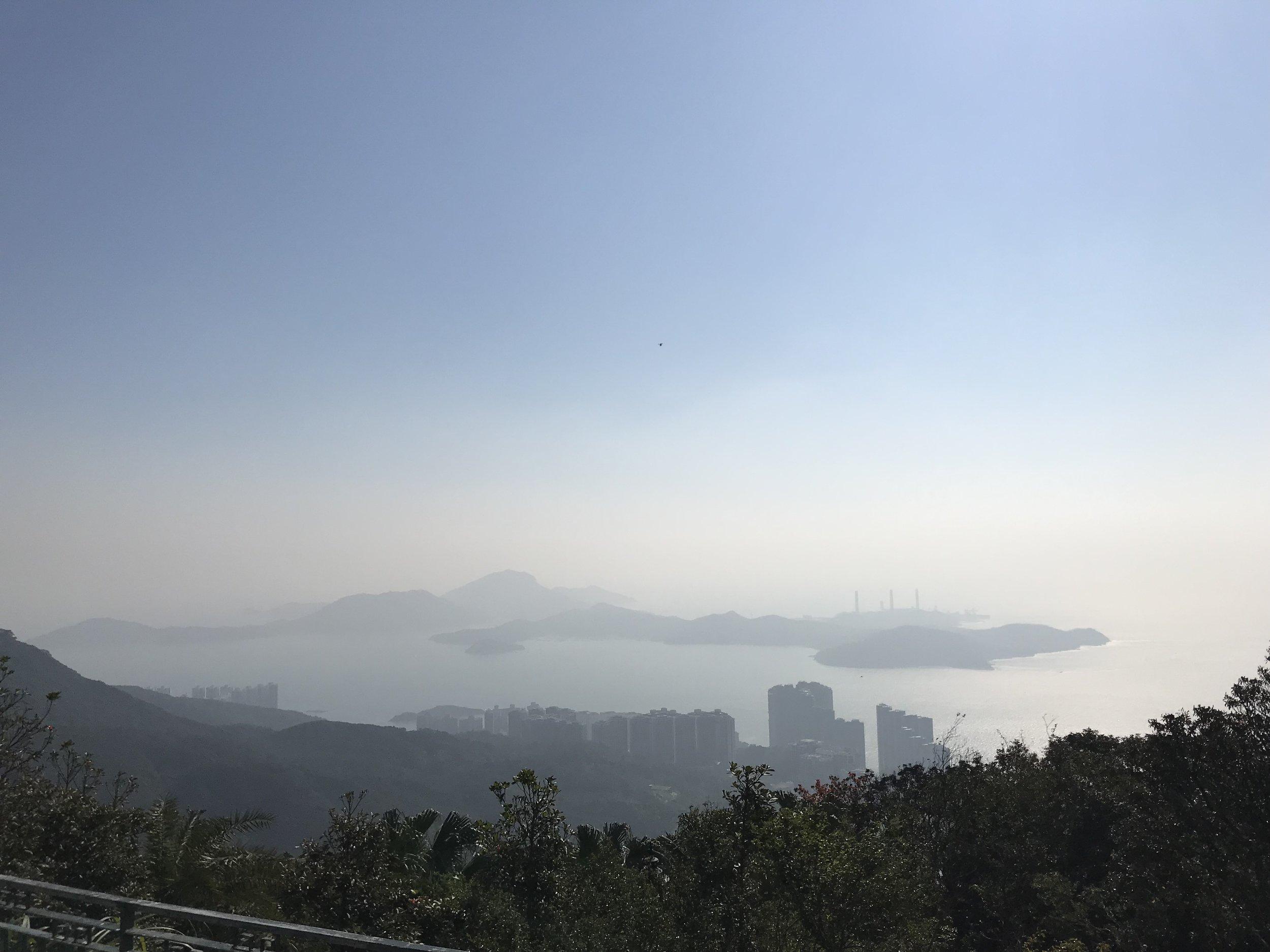 Khói ô nhiễm bao phủ Hong Kong (Hương Cảng) do ô nhiễm từ Trung Quốc bay sang có thể nhìn thấy từ trên đỉnh núi Victoria (Victoria Peak) tại Kowloon.
