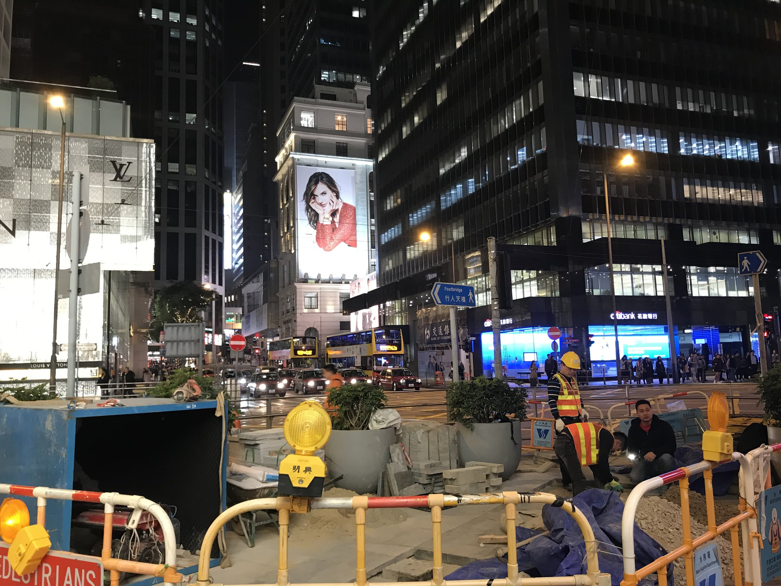 Tại đảo Hong Kong các công trình xây dựng vẫn đang tiếp tục được phát triển.