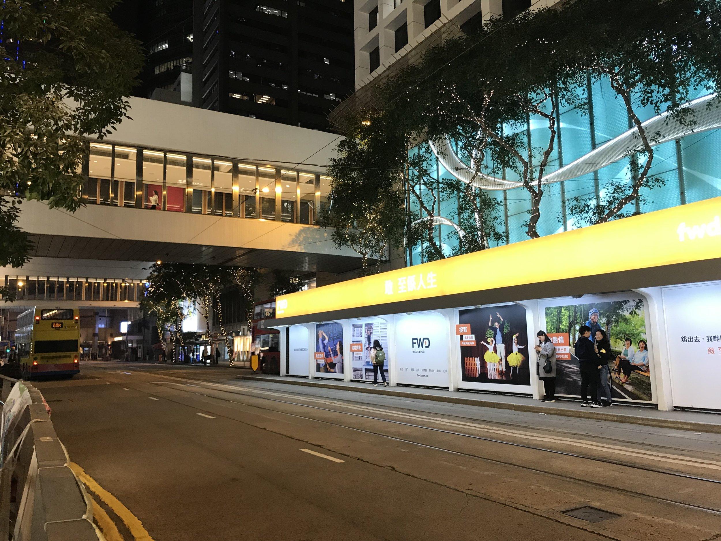 Sự tiếp tục phát triển trong xây dựng khiến các con đường của Hong Kong đều rất chật hẹp.