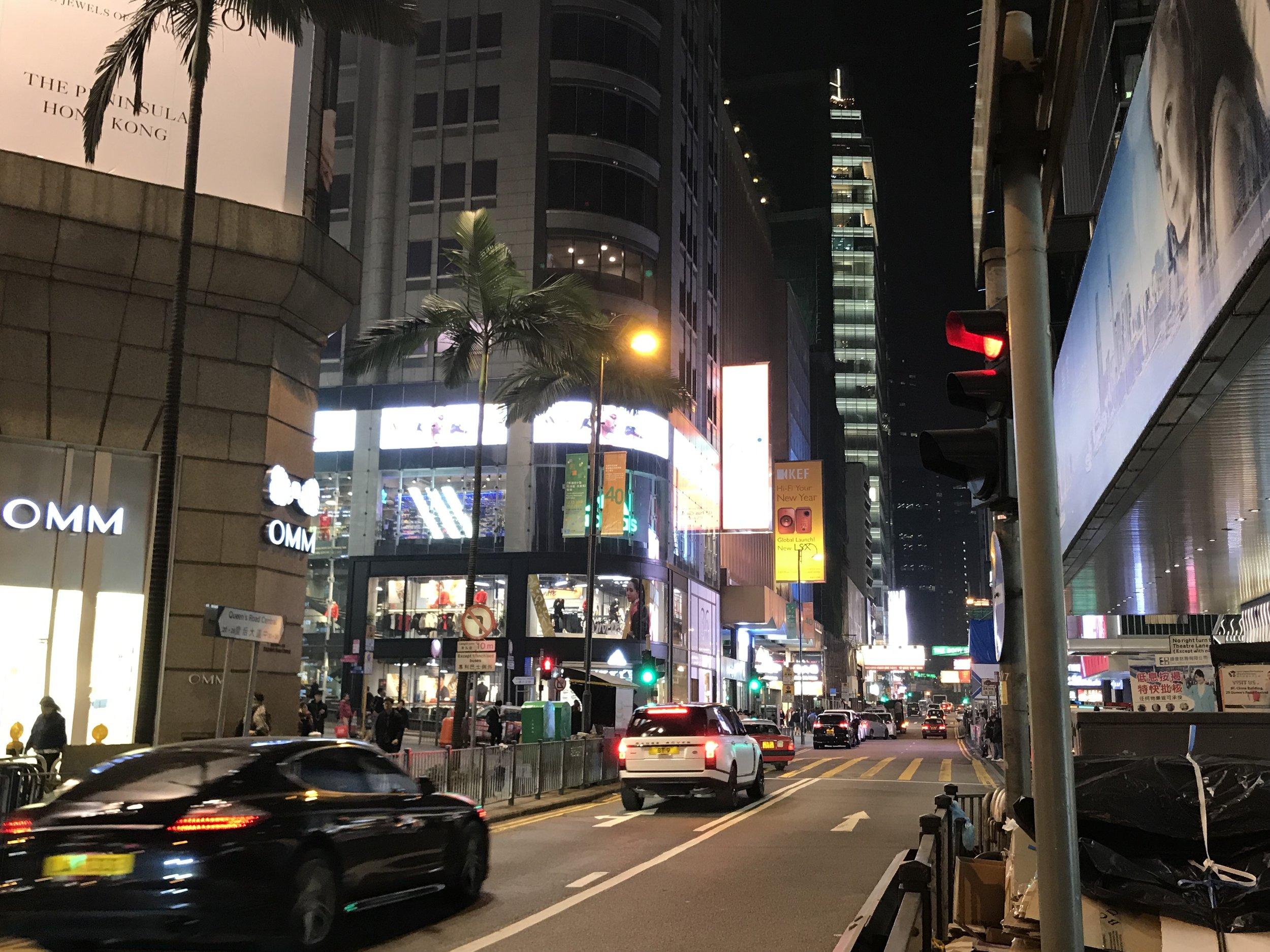 Cửa tiệm và hàng quán dọc lẫn vào nhau trên một con đường.