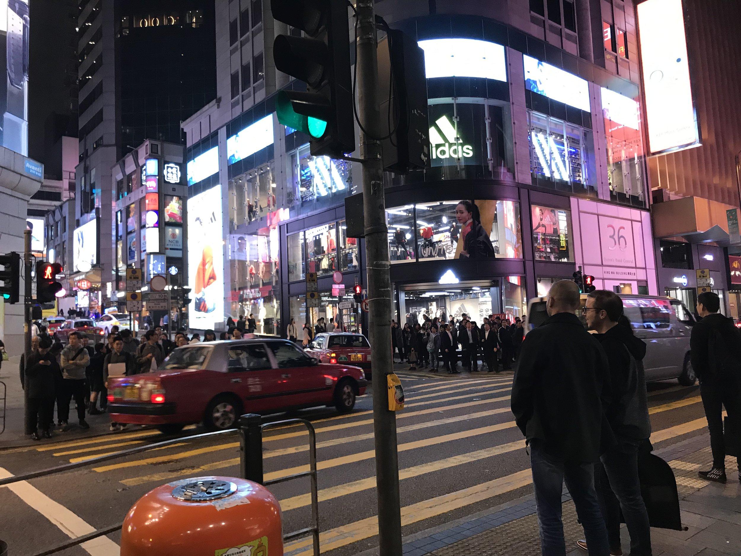 Người qua lại tấp nập trên các con đường phố đêm trên đảo Hong Kong.