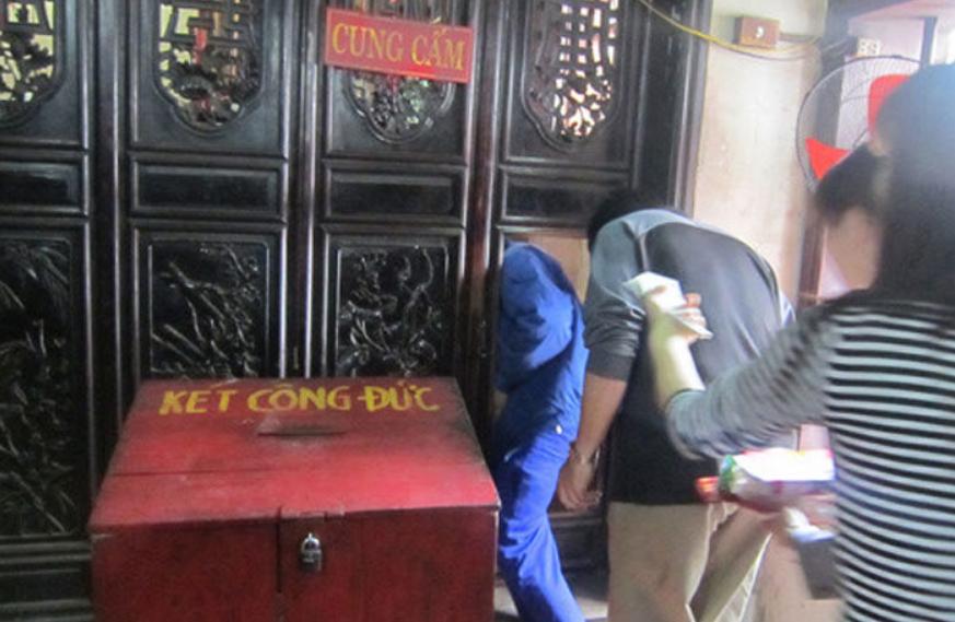 """Sẵn sàng thực hiện hành vi """"vào luồn, ra cúi"""" như lách qua khe cửa hẹp và bò dưới gầm ban thờ tại đền Bảo Lộc (Nam Định) để được thăng quan phát tài"""