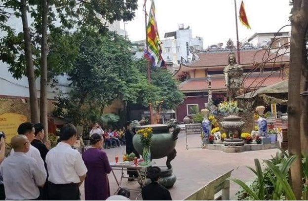 Đỉnh hương của Đức thánh Trần được chuyển khỏi tượng đài của Ngài từ Bến Bạch Đằng và đem về đền thờ Ngài ở Võ Thị Sáu để nơi có hai lư hương và nơi không có và bài trí như thế này.