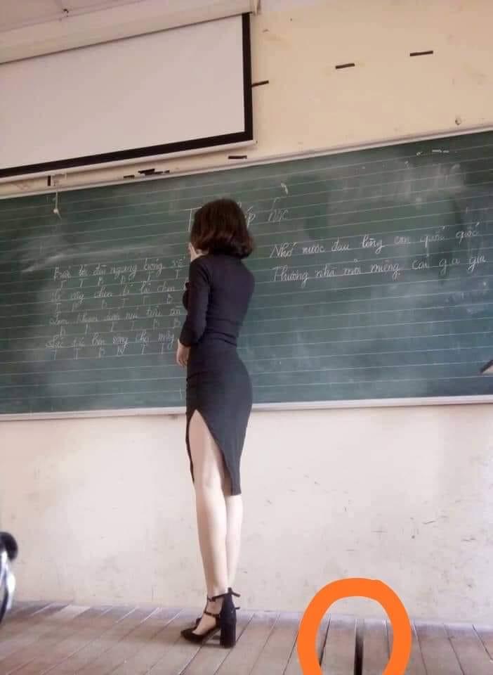 Cô giáo ăn mặc khiêu gợi, đứng trên bục giảng, dậy Việt Văn cho học trò. Nguồn FB Phan Văn Hải.