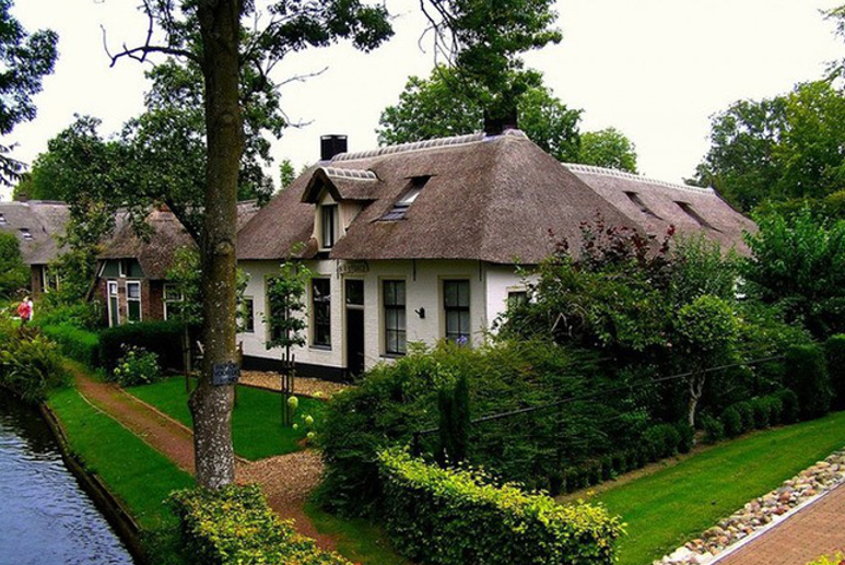 Lối đi nhỏ giữa hai nhà với nhau.