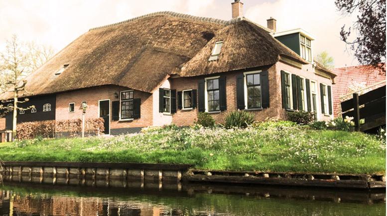 Một ngôi nhà với mái tranh nhuốm màu thời gian.