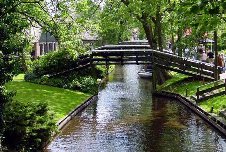 Những cây cầu gỗ bắc qua sông.