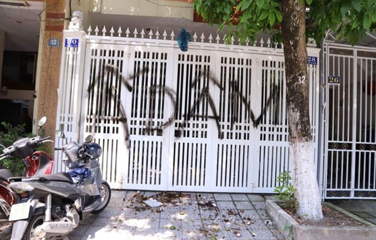 Tư gia của Nguyễn Hữu Linh tại Đà Nẵng bị người dân xịt sơn viết chữ Ấu Dâm lên hàng rào cửa nhà. Nguồn báo trong nước.