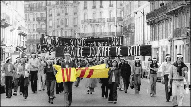 Paris. Đại lộ Gay Lussac, 3 giờ chiều ngày 27 tháng 4, 1975, sinh viên các đại học Paris, đại học Orsey đeo tang diễu hành...Việt Nam mất vào tay cộng sản 3 ngày sau đó  . Nguồn RFA.