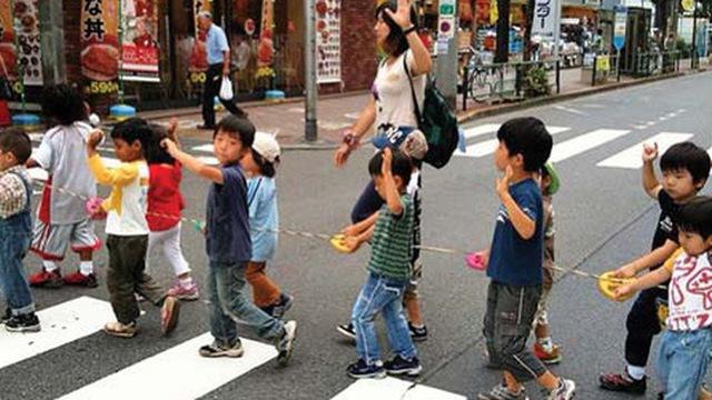 Trẻ em Nhật Bản khi được hướng dẫn băng qua đường phố. Nguồn internet.