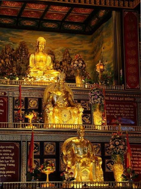 Việt Cộng cho thờ Hồ Chí Minh trong chùa quốc doanh. Nguồn internet.