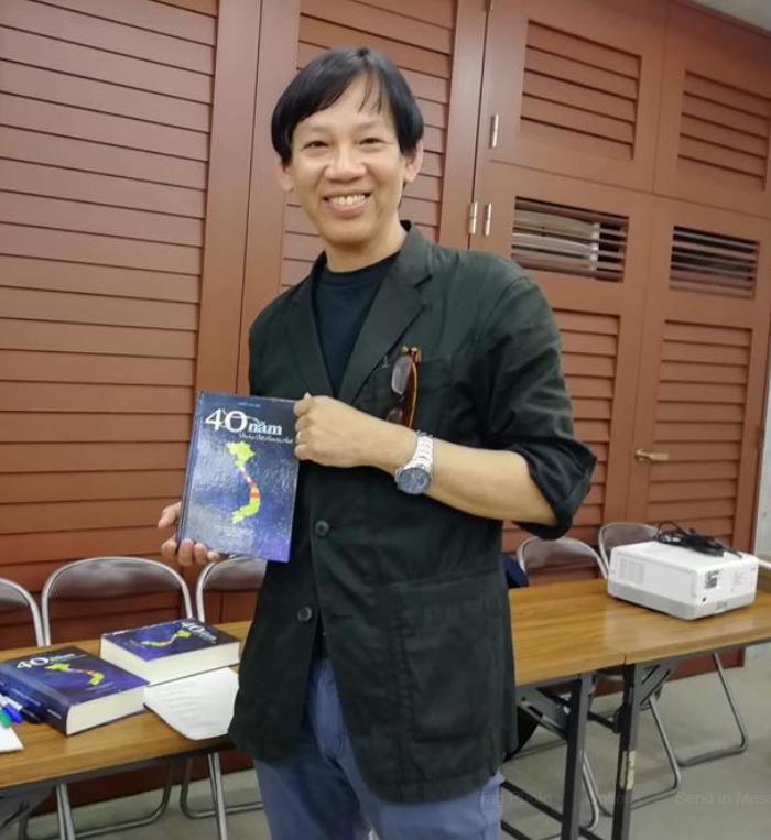 Huy Nguyễn với Đặc Tập 40 năm văn học Việt Nam tại Nhật Bản. Nguồn Huy Nguyễn.