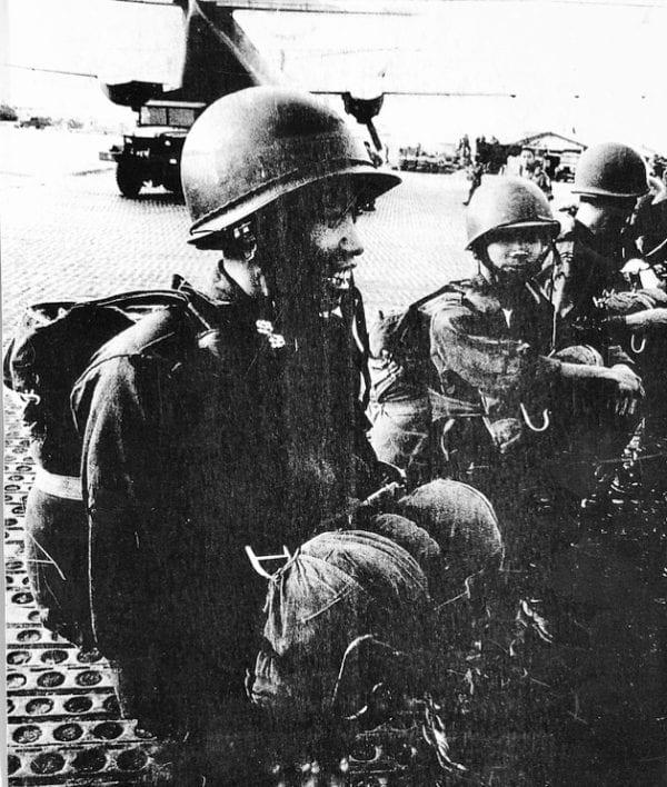 Y sĩ Trung úy Nghiêm Sỹ Tuấn, người thứ hai trong hàng, trước giờ lên máy bay cho một Saut nhảy dù bồi dưỡng, 1966. Nguồn Người Việt.