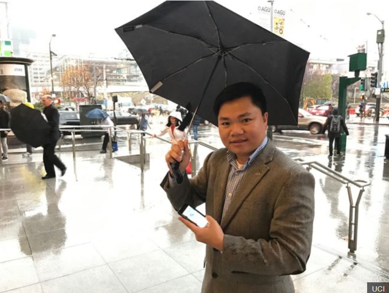 Bản quyền hình ảnh UCI Image caption. GS Nguyễn Đình Phú giới thiệu ứng dụng di động quan trắc mưa bằng vệ tinh trên thiết bị di động do ông và nhóm chuyên gia của UCI phát triển, tại Hội thảo American Geophysical Union -AGU