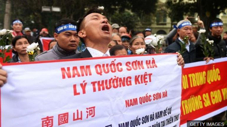 Bản quyền hình ảnh GETTY IMAGES. Image caption. Người tuần hành kỷ niệm 42 năm cuộc chiến Hoàng Sa năm 1974 tại Hà Nội hôm 19/1/2017