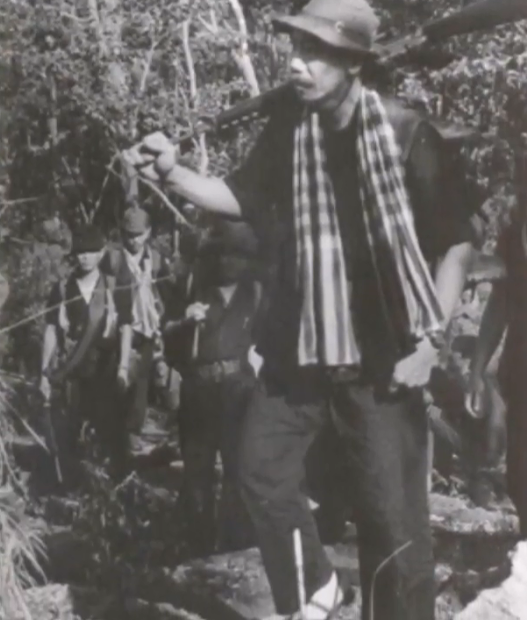 Chủ Tịch MTQGTNGPVN, Chiến hữu Hoàng Cơ Minh trên con đường hành quân cùng các chiến hữu Kháng Chiến Quân thuộc Mặt Trận Quốc Gia Thống Nhất Giải Phóng Việt Nam.
