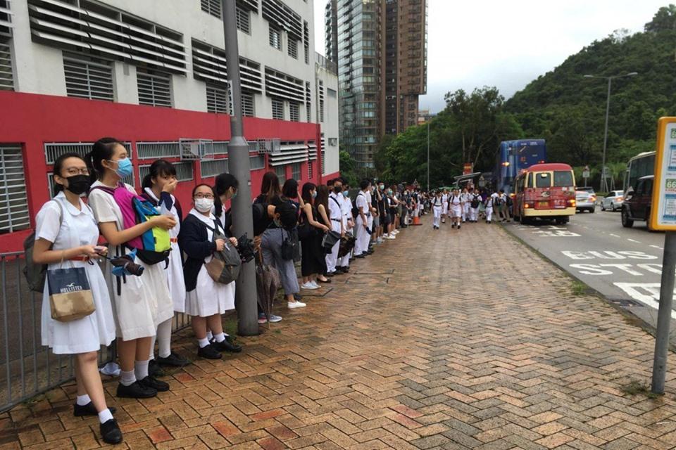 Các học sinh đứng ngoài không vào lớp, thể hiện tinh thần gắn bó với các phong trào dân chủ Hong Kong.