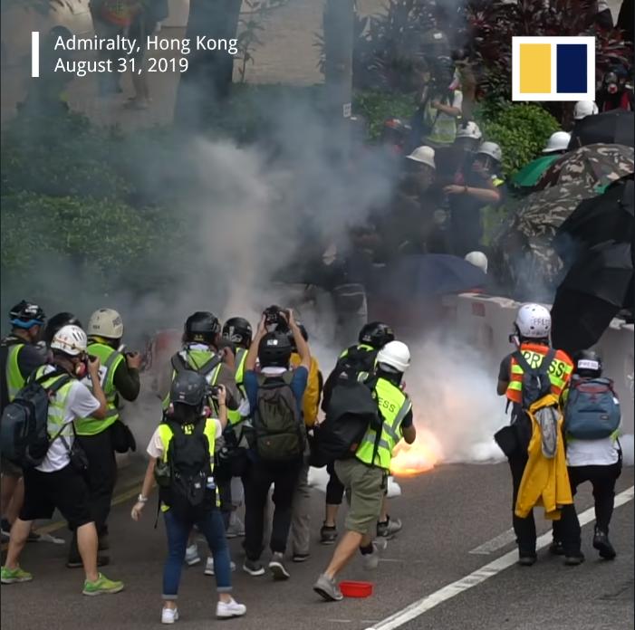 Người biểu tình đối đầu cảnh sát.