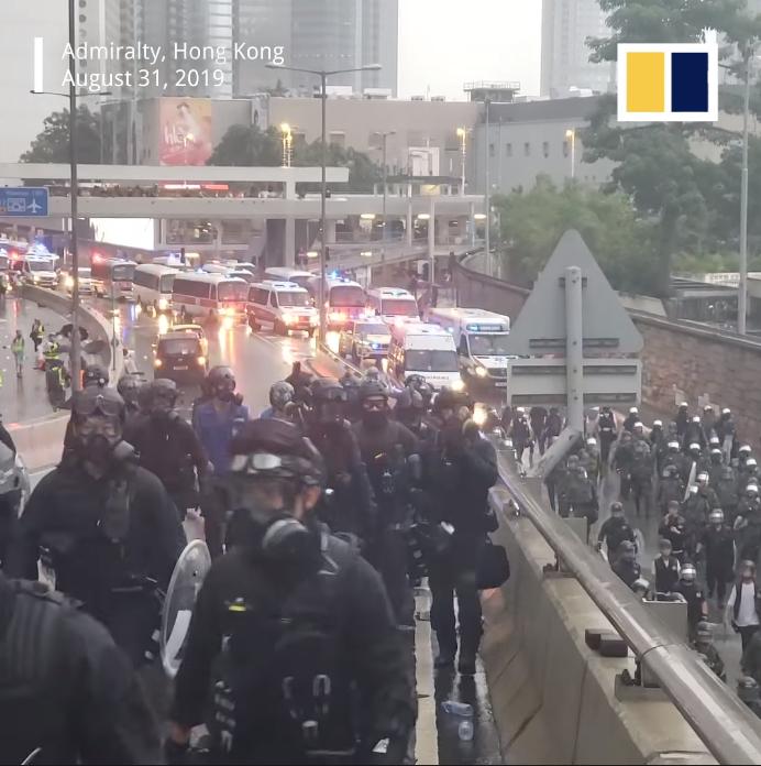 Cảnh sát cơ động đang tiến lên chặn bắt người biểu tình.