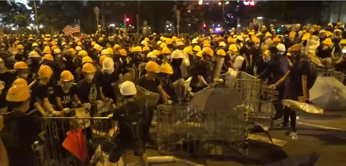 Người biểu tình đang bầy các chướng ngại vật trên đường.