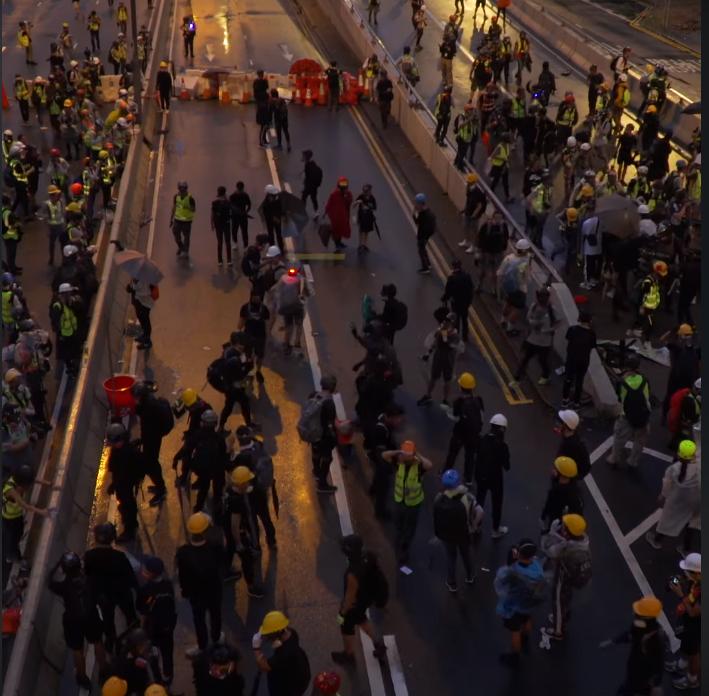 Người biểu tình tràn ra đường phố.