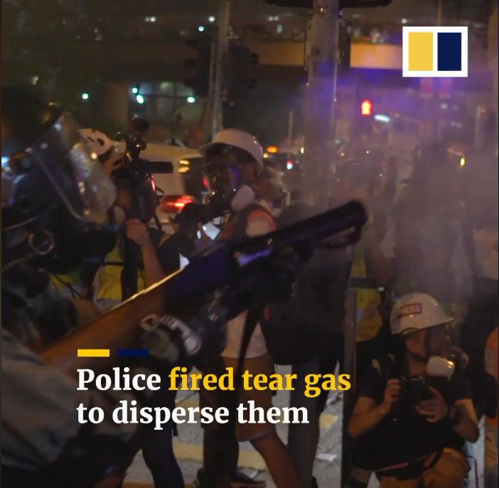 Cảnh sát bắn khói cay để giải tán những người biểu tình.