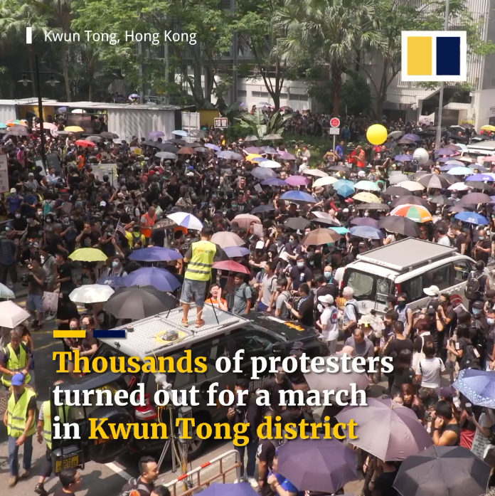 Hàng ngàn người biểu tình đang tham gia một cuộc tuần hành ở quận hạt Kwun Tong.