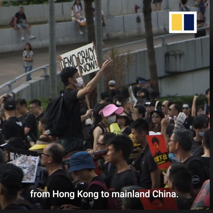 Người biểu tình cầm bảng đòi quyền dân chủ.