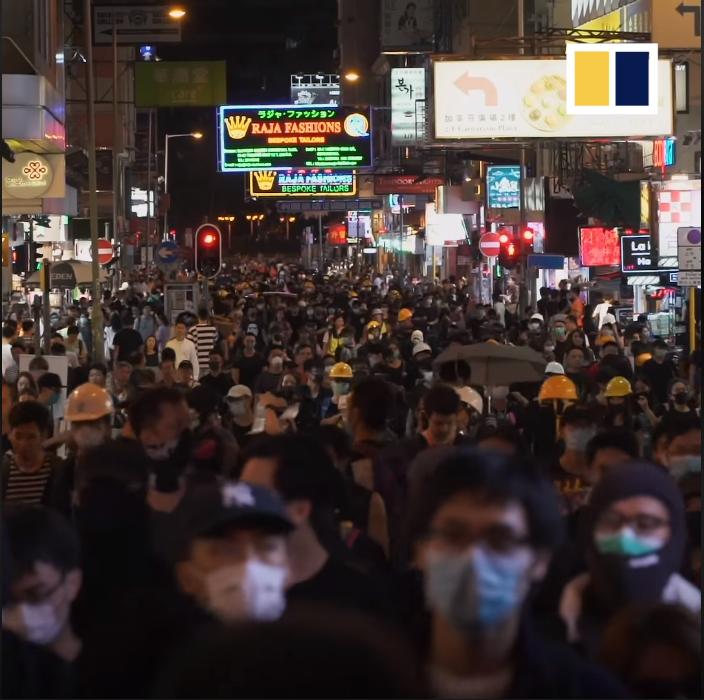 Người biểu tình tuần hành trên đường phố.