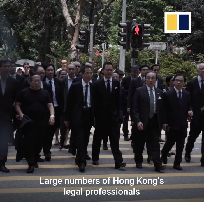 Cuộc tuần hành của các luật sư Hong Kong ủng hộ cuộc đấu tranh đòi quyền dân chủ cho Hong Kong .