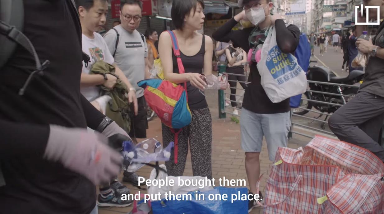 Những vật liệu cần thiết cho cuộc biểu tình được người dân đem đến tại một nơi nhất định cho người biểu tình đến lấy