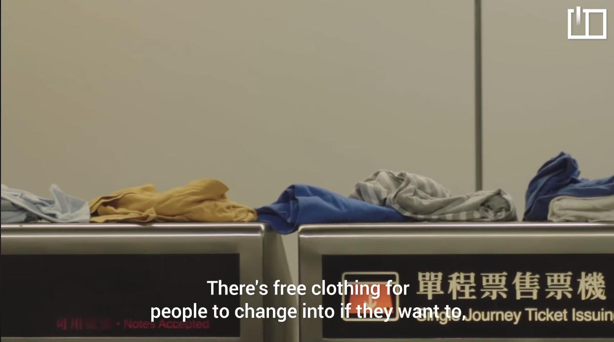 Người dân Hong Kong cung cấp ngay cả những quần áo mới trên các băng ghế để những người đi biểu tình có thể thay đổi khi cần.