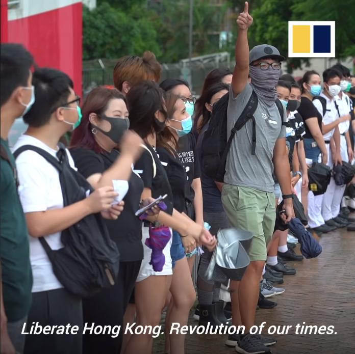 Học sinh Hong Kong hô khẩu hiệu ủng hộ cuộc biểu tình đòi dân chủ cho Hong Kong.