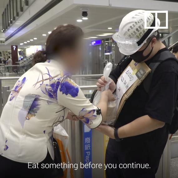 Một phụ nữ tiếp tế thức ăn cho người biểu tình.