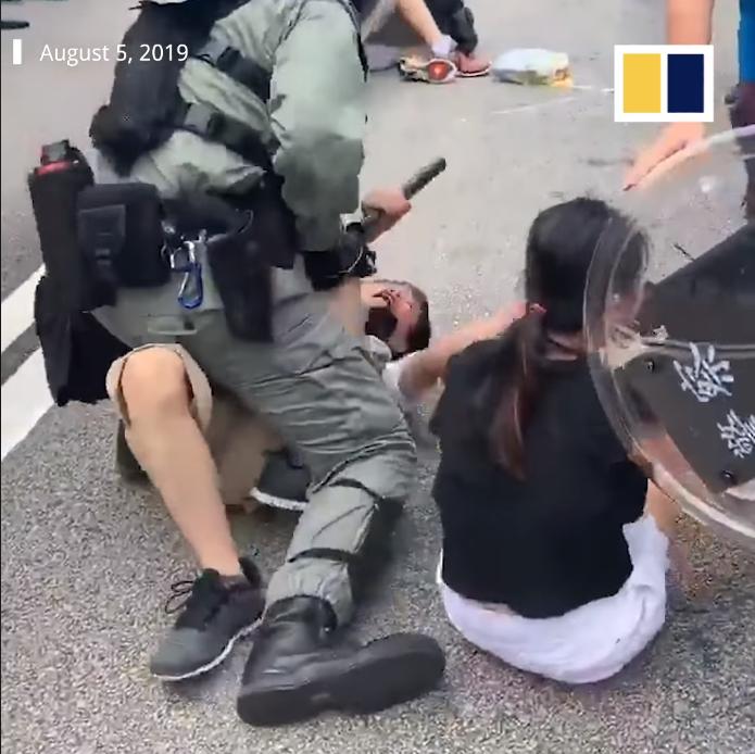Cảnh sát bắt giữ các thanh niên biểu tình.
