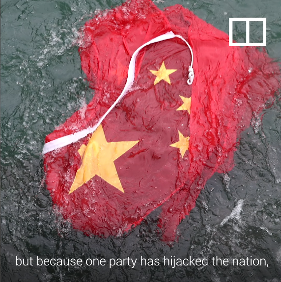 Cờ cộng sản bị ném xuống đất.