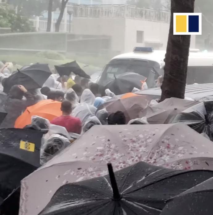 Tuy phải đối đầu với sự đàn áp của chính quyền, người dân biểu tình Hong Kong vẫn không bị khuất phục. Họ vẫn xuống đường ngay cả khi trời gió mưa